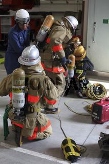 Feuerwehr unter Atemschutz mit Suchleine