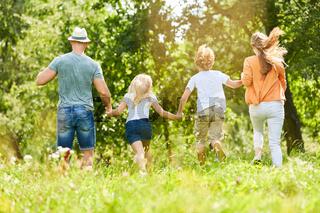 Familie und Kinder im Sommer in der Natur