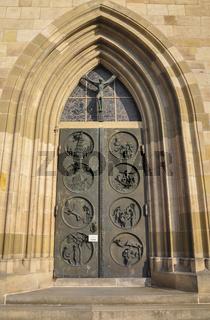 Tuerportal der Dionyskirche in Esslingen