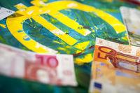 Euro-Zeichen auf Acrylfarbe mit Banknoten