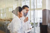 Arzt und Krankenschwester bei einer Besprechung