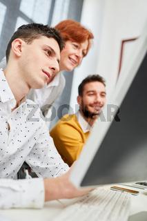 IT Berater gibt Hilfestellung am PC