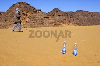 Zwei Flaschen Mineralwasser im heissen Wüstensand