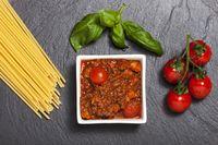 Rohe Spaghetti auf schwarzem Schiefer