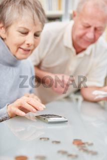 Senioren mit dem Taschenrechner