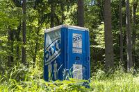 Mobile Toilettenkabine im Wald