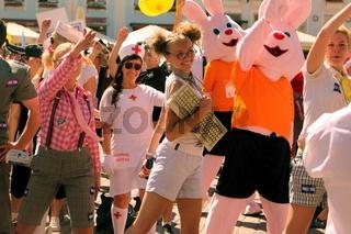 Ein Sommerfest in der  Altstadt am Rathausplatz oder Raekoja Plats in Tallinn der Hauptstadt von Estland