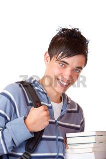 Junger männlicher Schüler trägt Bücher und lacht glücklich
