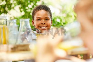 Afrikanischer Junge lächelt glücklich
