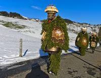 Eine Gruppe Naturchläuse geht am Alten Silvester von Haus zu Haus