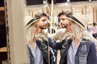 Junges Paar beim Shopping im Modegeschäft