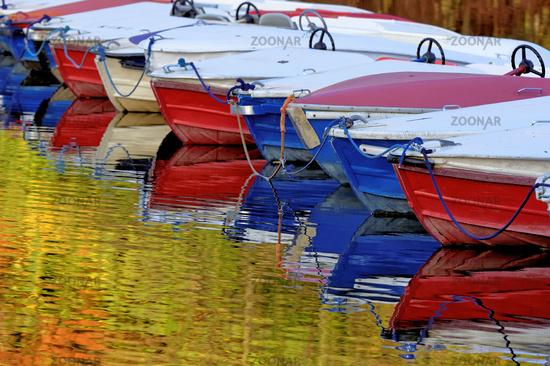 Tretboote auf einem herbstlichen Teich