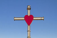 Auf einer Anhöhe bei Alcenago  hoch über dem Industrieort Stallavena steht dieses leuchtende Kreuz mit seinem markanten roten Herz