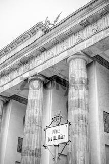 Brandenburger Tor in Berlin in ungewohnter Perspektive und Schwarz-Weiss