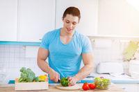 Essen zubereiten Gemüse schneiden junger Mann Mittagessen Küche gesunde Ernährung Textfreiraum