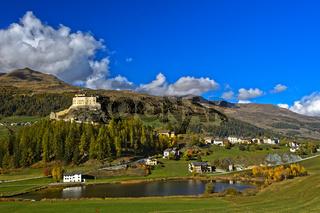 Schloss Tarasp über dem Taraspsee, Tarasp, Gemeinde Scuol, Unterengadin, Graubünden, Schweiz