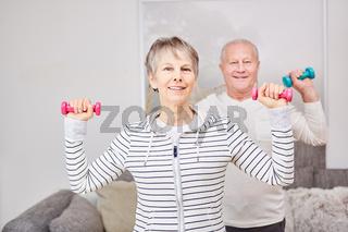 Senioren machen Workout mit Hanteln