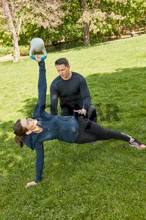 Frau mit Kettlebell bei Personal Training
