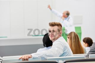 Junger Medizin Student in einer Vorlesung