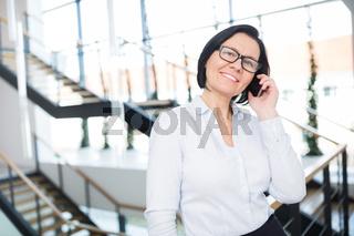 Geschäftsfrau telefoniert mit dem Smartphone