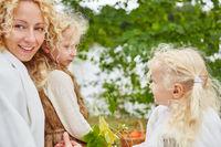 Mutter und zwei Töchter im Herbst