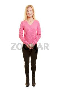 Ganzkörperaufnahme einer jungen blonden Frau