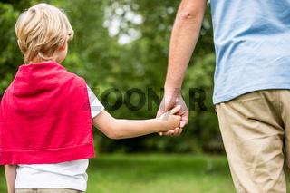 Vater und Sohn gehen spazieren