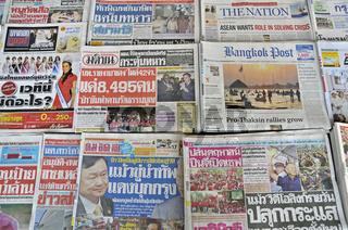 Tageszeitungen an einem Kiosk in Bangkok, Thailand, Asien
