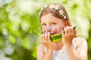 Hungriges Mädchen isst eine leckere Wassermelone