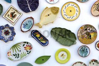 Keramikwaren an der Wand der Töpferei A Mo, Sagres, Algarve, Portugal