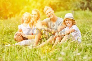 Glückliche Familie sucht Entspannung im Urlaub