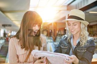 Zwei Frauen kaufen Kleidung im Einzelhandel