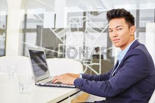 Experte programmiert auf Laptop Computer