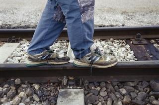 Auf dem Gleis balancieren