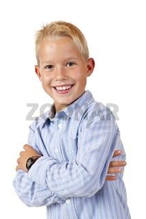 Portrait eines lachenden, glücklichen Jungen mit verschränkten A