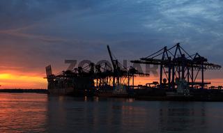 Hamburger Hafen, Burchardkai bei Sonnenuntergang