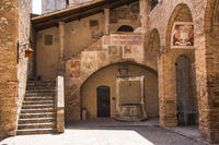 Innenhof vom Museum Museo Civico in San Gimignano, Toskana, Italien