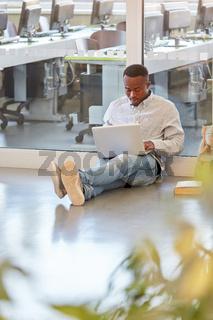 Afrikanischer Student lernt am Laptop Computer