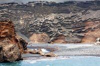Felswand aus Lavagestein am Meer