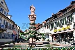 Osterschmuck am Marktbrunnen in Gernsbach Schwarzwald.jpg