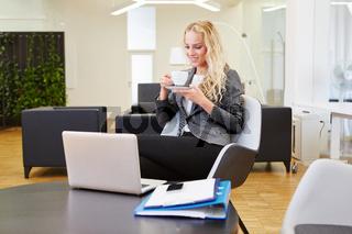 Blonde Geschäftsfrau mit Laptop Computer