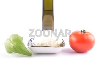 Mozzarella, Basilikum, Öl und Tomate auf weiss - Mozzarella, basil, olive oil and tomato on white
