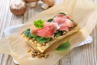 Getoastetes Baguette mit Spinat und Schinken