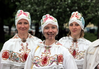 Eine Folkloregruppe von Estland bei einem Auftritt im Tammsaare Park von Tallinn der Hauptstadt von Estland