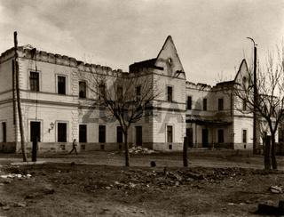 zerbombtes Haus, historische Aufnahme um 1945 / bombed house, historic photograph,