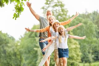 Sportlich Familie und Kinder balancieren