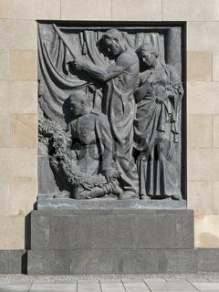 Bronzerelief am Sowjetischen Ehrenmal Schoenholz