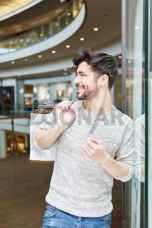 Junger Mann beim Shopping in seiner Freizeit