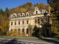 Gebäuderuine gegenüber des Bahnhofs von Bečov nad Teplou,Tschechien