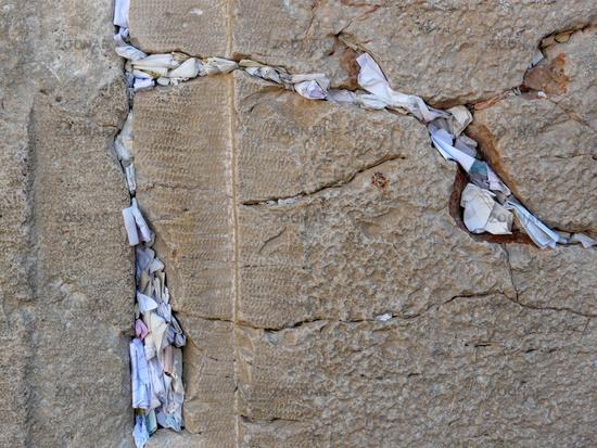 Gebetszettel in den Spalten der Klagemauer in Jerusalem